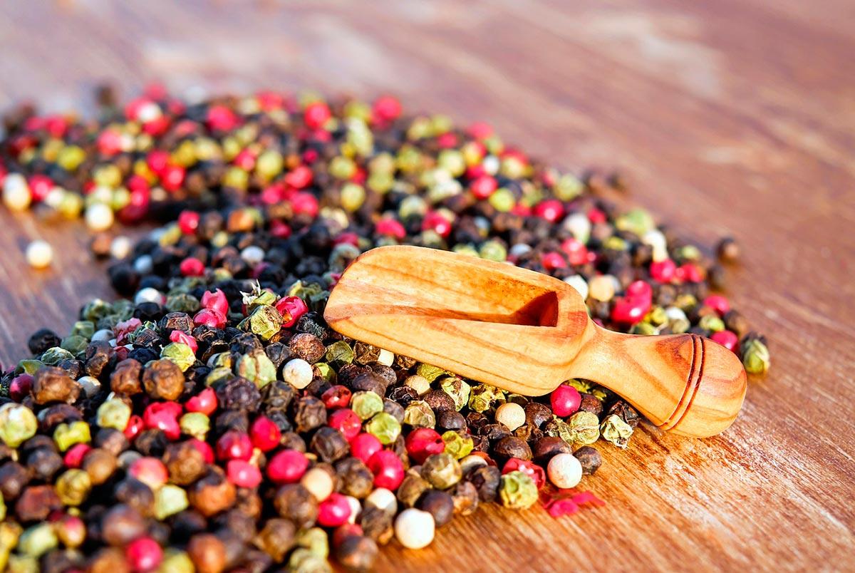 granos de pimienta de distintos colores